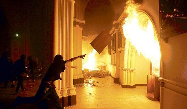 [Santiago de Chile] Schön wie eine Kirche der Militärpolizei, die in Flammen aufgeht