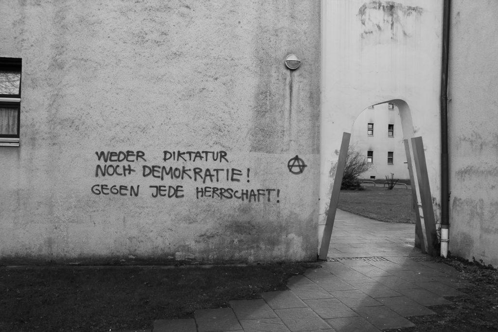 Weder Diktatur noch Demokratie! Gegen jede Herrschaft!